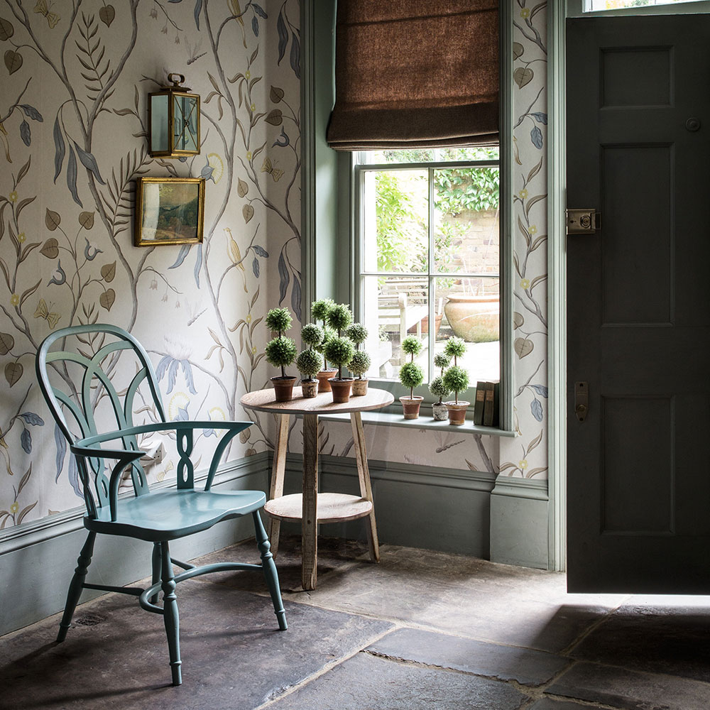 Country-Hallway-with-Trailing-Botanicals-Paul-Raeside-PIC-MCH054520 Hallway Wallpaper Cream 15+