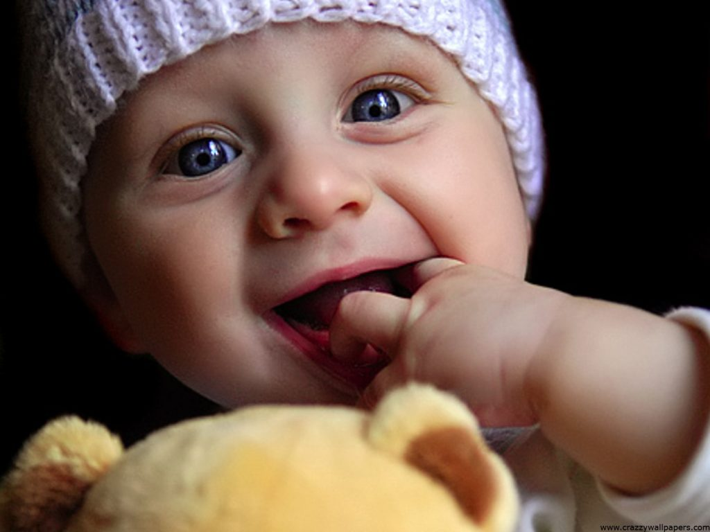 downloadfiles-wallpapers-cute-baby-playing-doll-PIC-MCH060359-1024x768 Wallpaper Baby Doll 15+